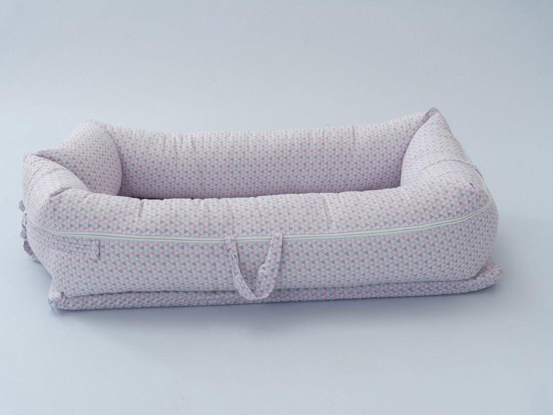 Ninho para Bebê Redutor de Berço com Zíper Triângulo Rosa   - Toca do Bebê