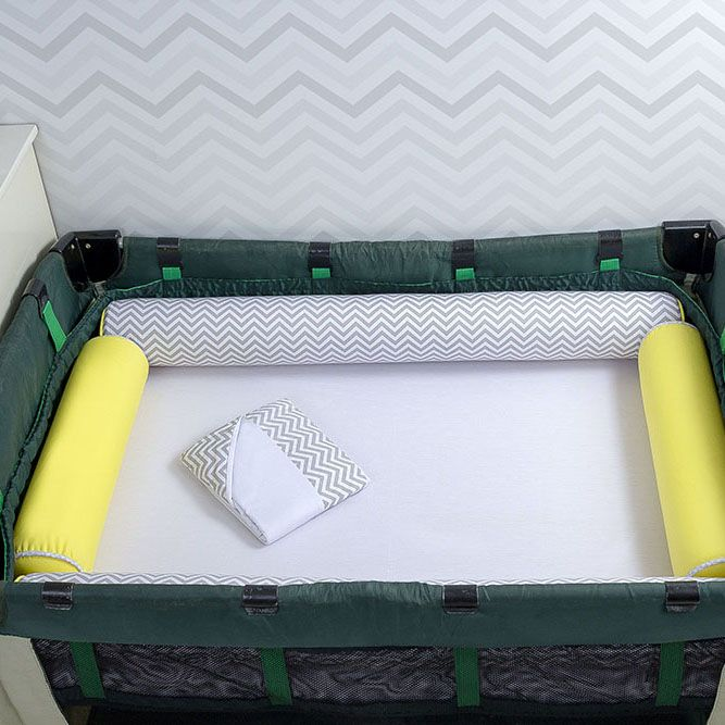 Kit de Berço Desmontável 07 Peças Chevron Cinza com Dois Rolos Amarelo