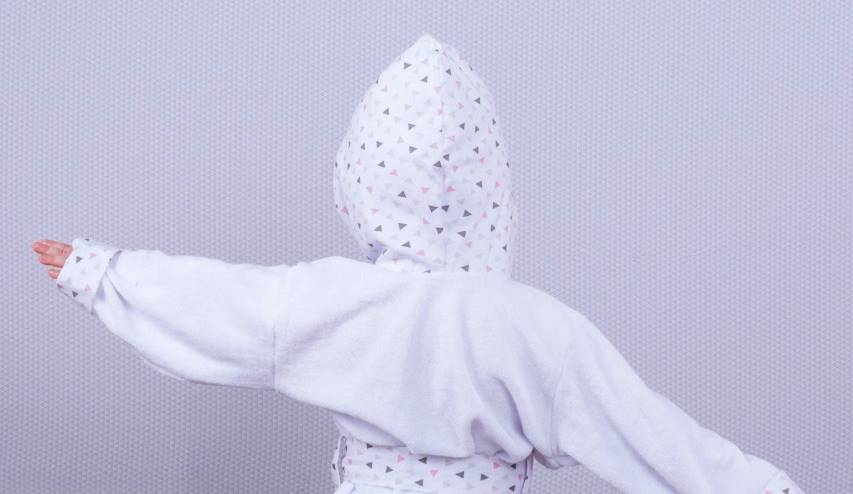 Roupão Triângulo Branco com Rosa  - Toca do Bebê