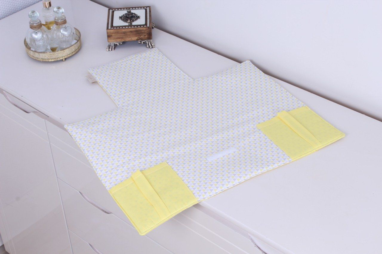 Trocador Portátil Triângulo Cinza com Amarelo  - Toca do Bebê