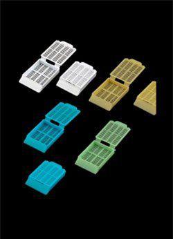 Cassete para biópsia amarelo em rack, caixa com 3000 unidades cralplast.