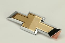 Emblema da tampa traseira -gravata ouro- Onix 2013 Ate 2016