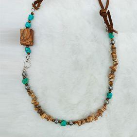 Colar Comprido Couro com Howlitas Irregulares Bege e Pedras Turquesas Irregulares e Ornamentos Prateados