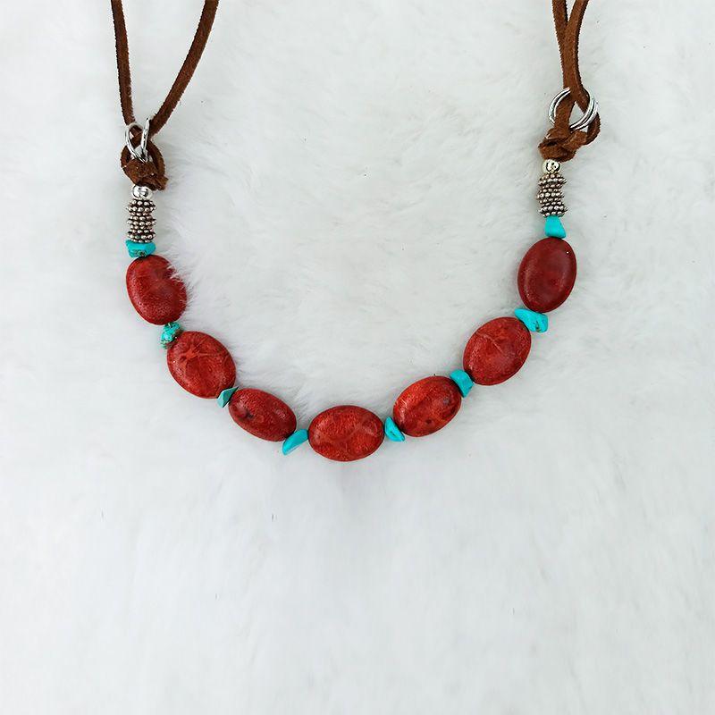 Colar Comprido Couro com Coral Amêndoa e Turquesa Irregulares com Ornamentos Prateados