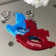 REF. 010 - Chaveiro Cavalinho de Balanço Personalizado Gravado Acrílico Colorido