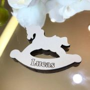 Ref. 010 - Ímãs de Geladeira Cavalinho de pau MDF Branco Lembrancinhas Nascimento Chá de Bebê