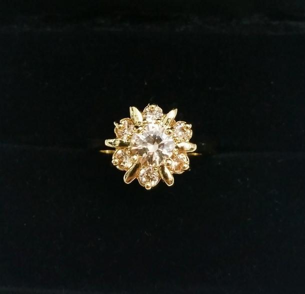 Anel em Forma de Flor Adornado com Zircônias Banho Ouro 18K