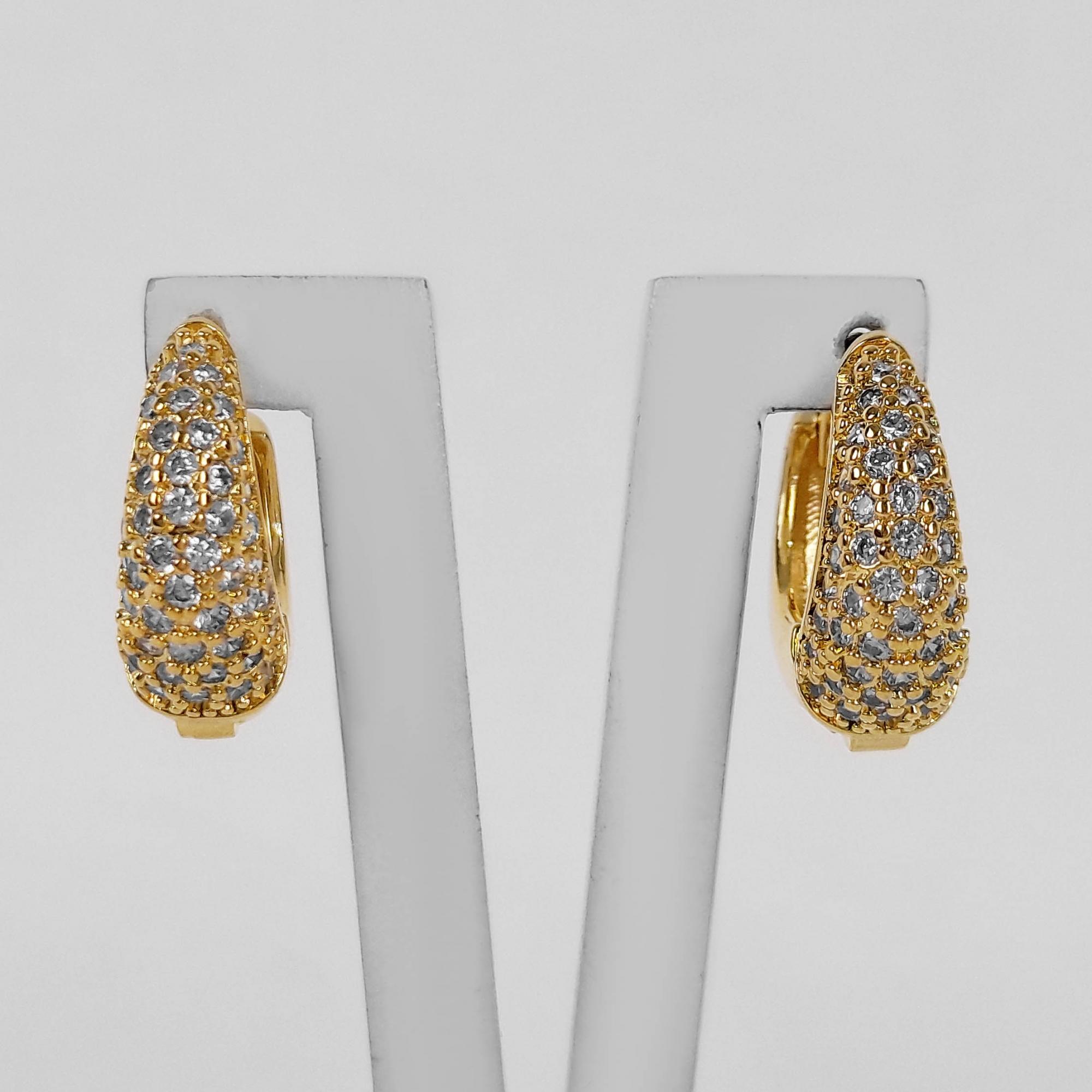 Brinco Argola Abaulada 1,5 cm Zircônias Folheado a Ouro 18k  - Lunozê Joias