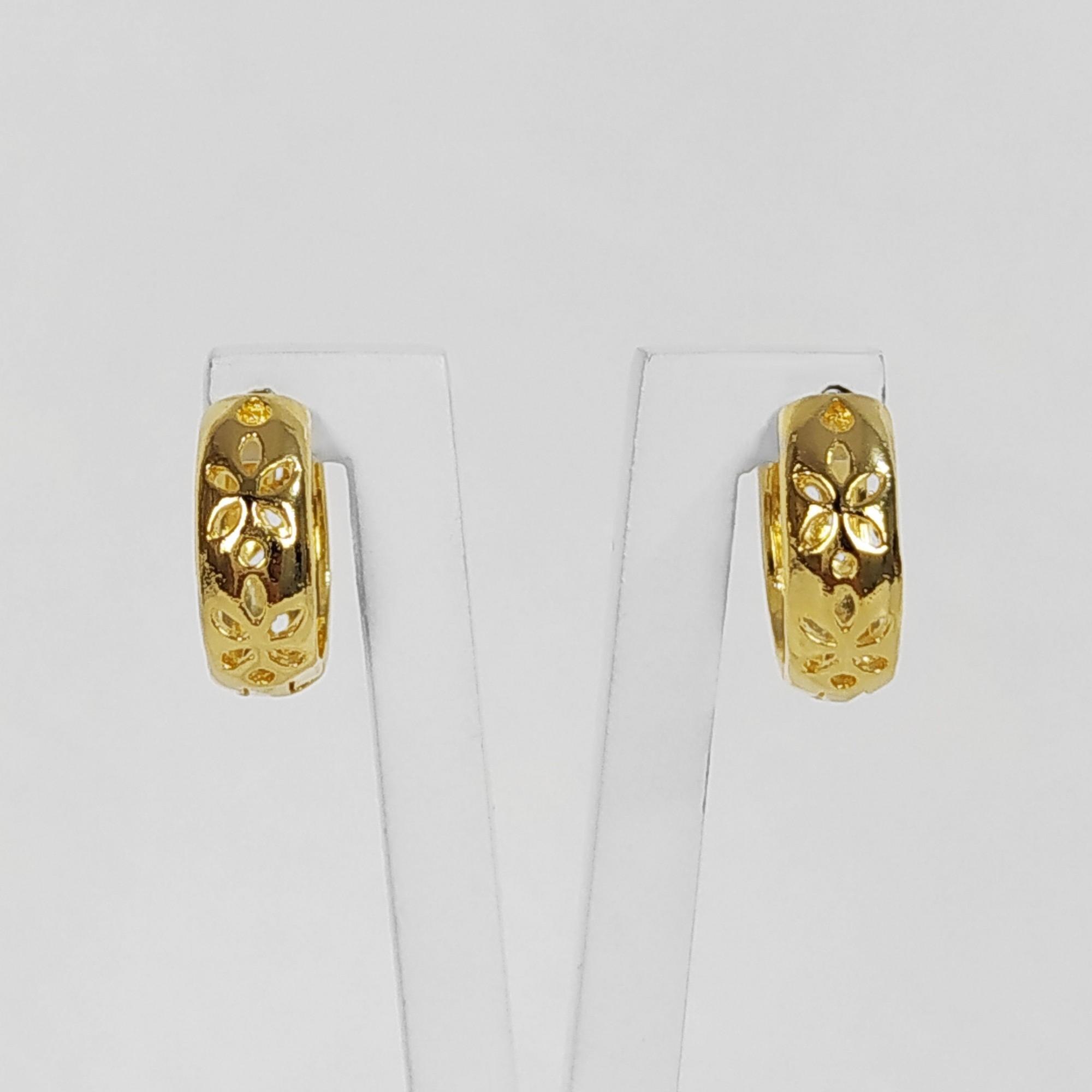 Brinco Argola Pequena Flores Vazadas Folheado a Ouro 18K  - Lunozê Joias