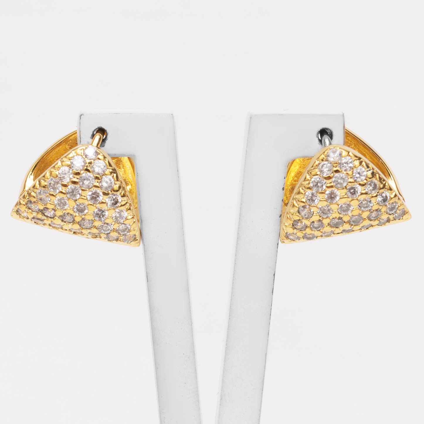 Brinco Argola Triangular com Zircônias Folheado a Ouro 18k  - Lunozê Joias