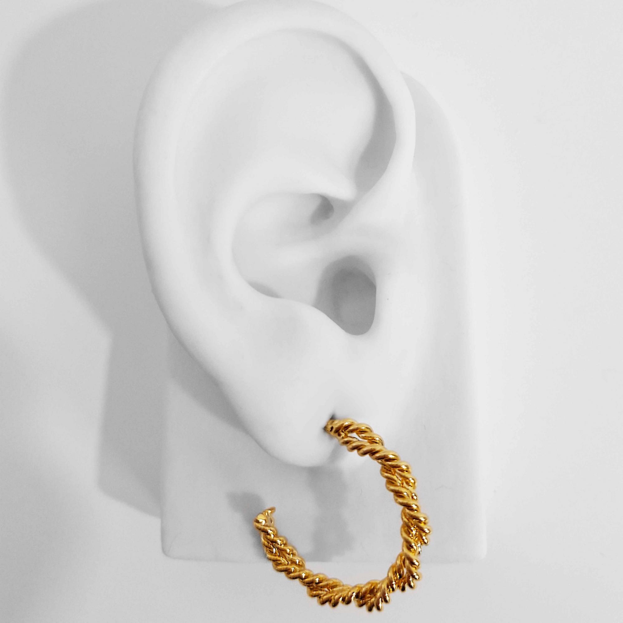 Brinco Argola Média Modelo Corda Trabalhado Folheado Ouro 18K  - Lunozê Joias