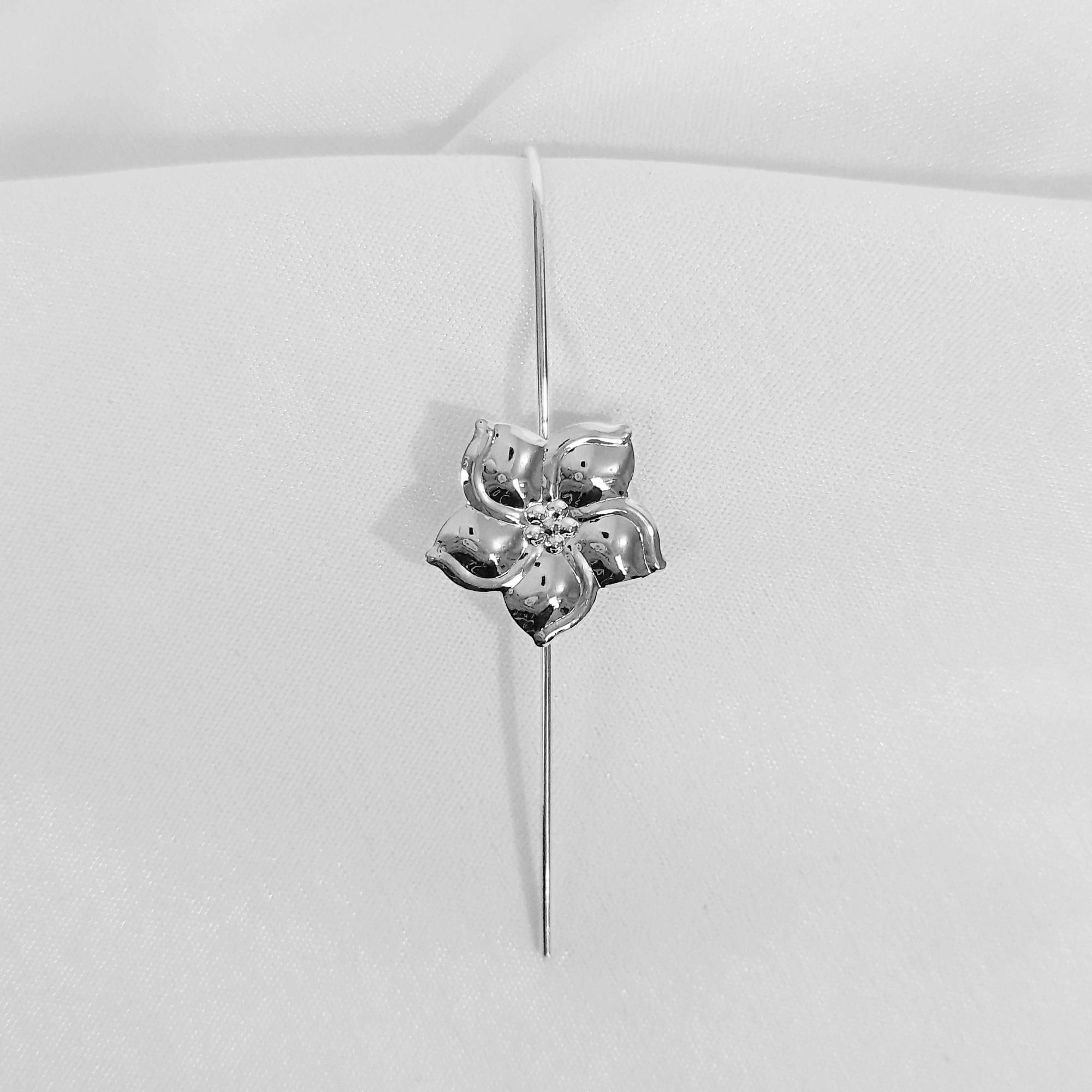 Brinco Hook Light Detalhe de Flor Folheado a Prata 1000  - Lunozê Joias