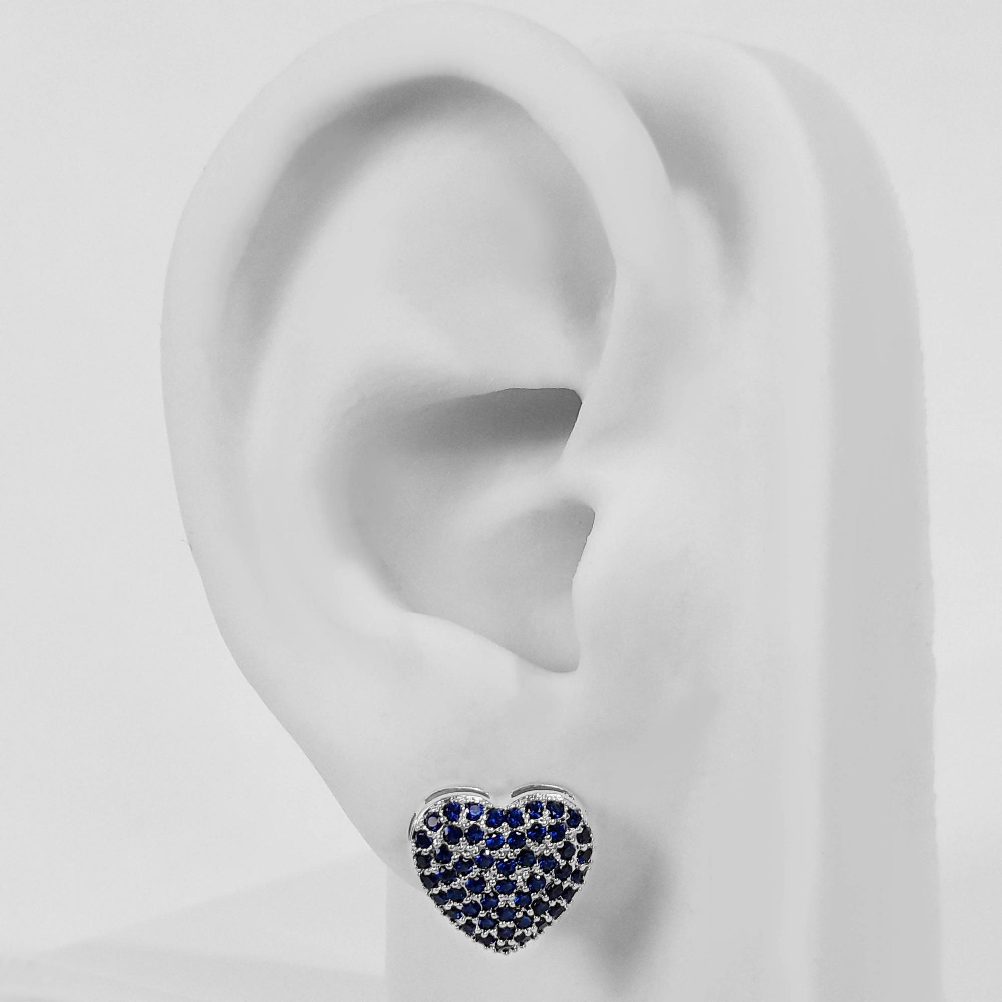 Brinco Pequeno Coração Azul Cravejado Folheado a Prata 1000  - Lunozê Joias
