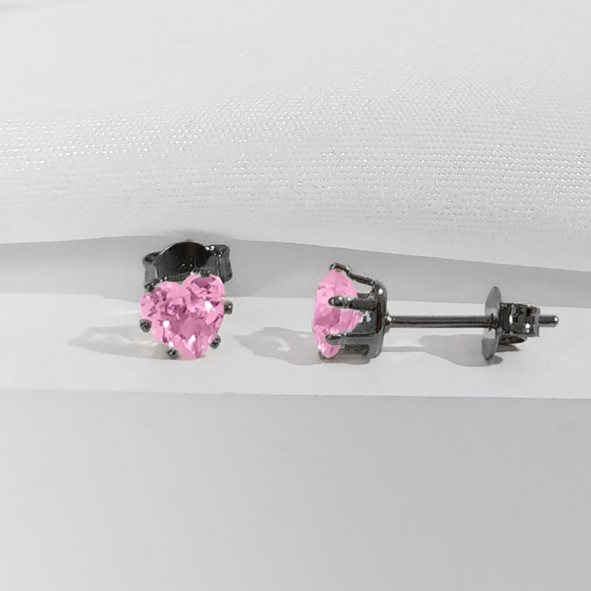 Brinco Pequeno Coração com Zircônia 6mm Banho Ródio Negro  - Lunozê Joias