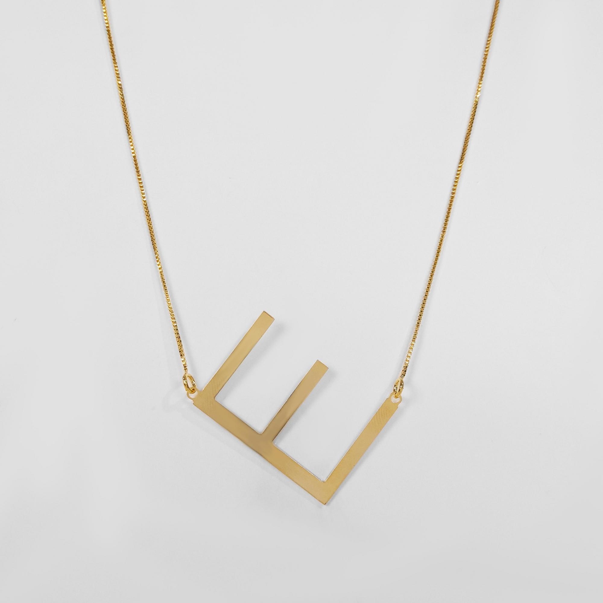 Colar com Letra Grande Diagonal Folheado a Ouro 18k  - Lunozê Joias
