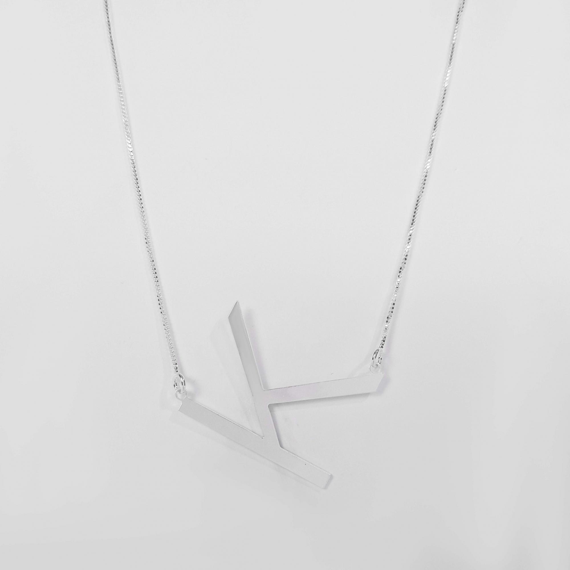 Colar com Letra Grande Diagonal Folheado a Prata 1000  - Lunozê Joias