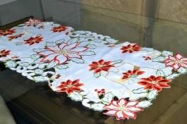 Caminho de Mesa Branco Flores Natalinas - 0,90m