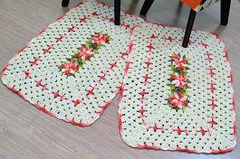 Par de Tapetes em Crochê Retangular Edith - Detalhes Vermelho Mesclado
