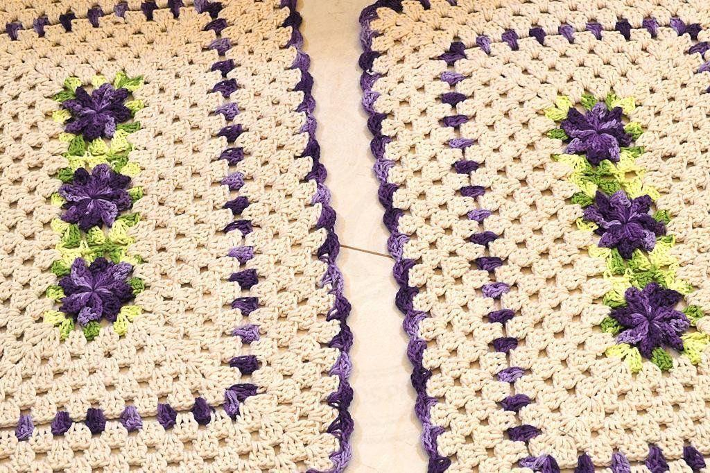 Par de Tapetes em Crochê Retangular Edith - Detalhes Roxos