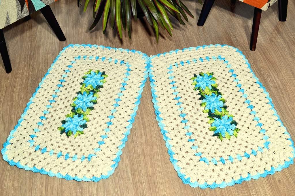 Par de Tapetes em Crochê Retangular Edith - Detalhes Azul Mesclado