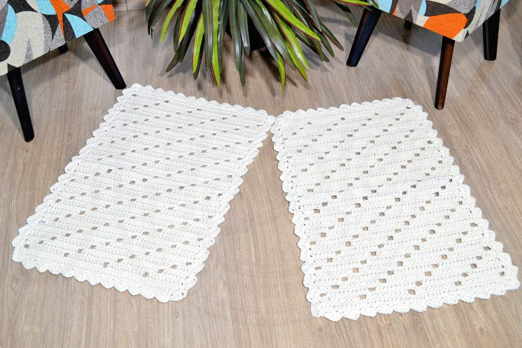 Par de Tapetes em Crochê Retangular - Modelo Listras Laterais