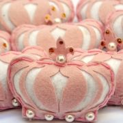 Lembrança Chaveiro Feltro Coroa Rosa Pérolas