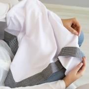 Manta para Bebê Malha Branca com Barrado Tricoline Xadrez Preto e Branco