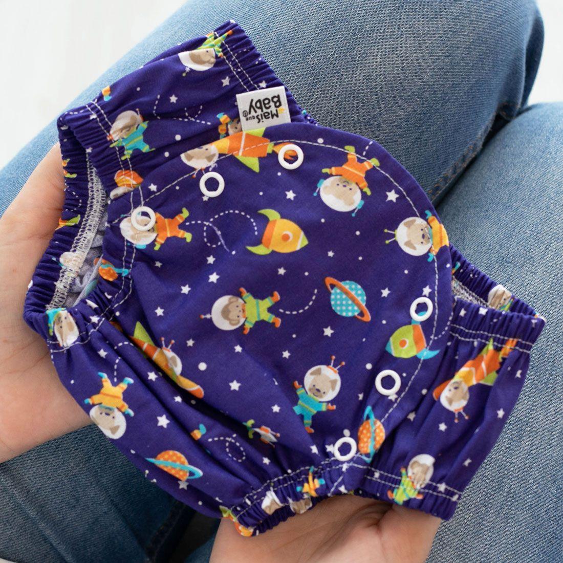 Conjunto Tapa Fralda e Babador Bandana Impermeável com Regulagem Bebê Tricoline Astronautas Marinho e Laranja