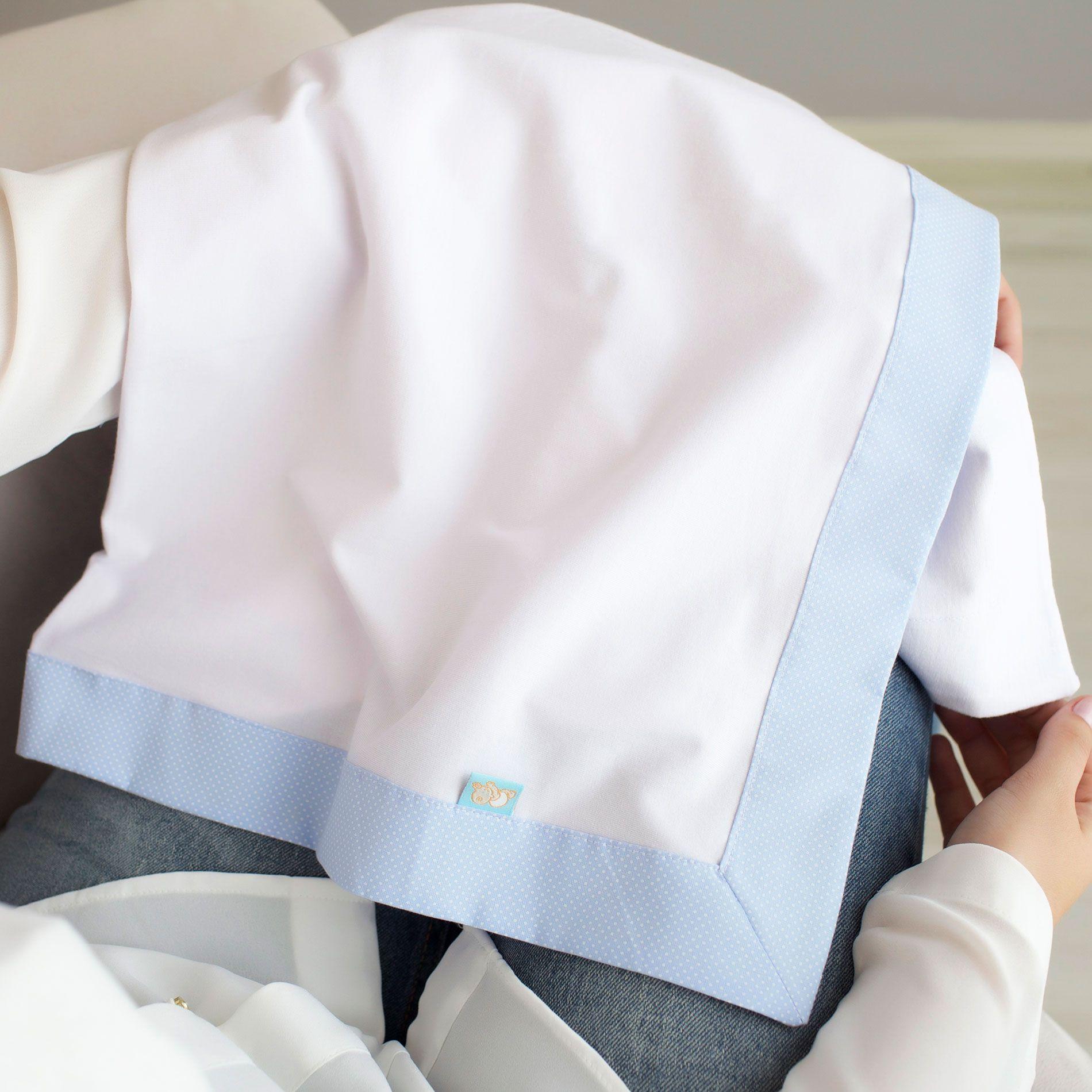 Cueiro e Vira Manta para Bebê Malha Branca com Barrado Tricoline Poá Azul
