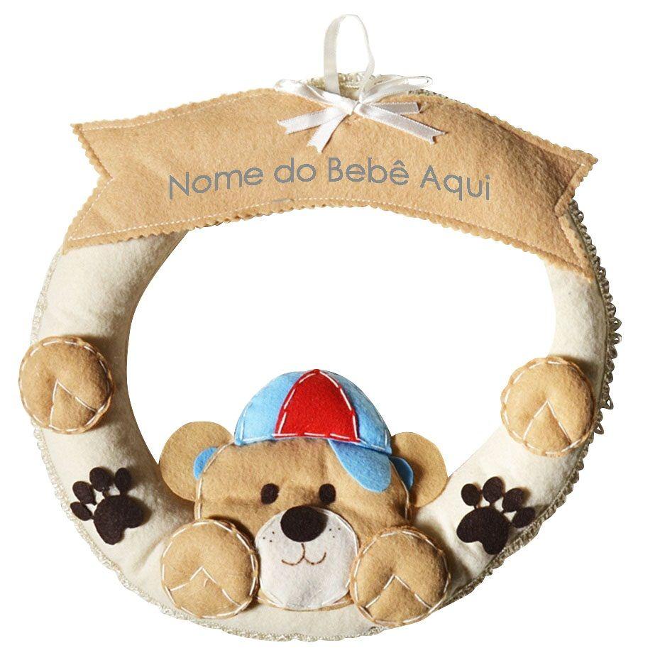 Enfeite de Porta Feltro Bege Urso Boné Patas Personalizado com Nome