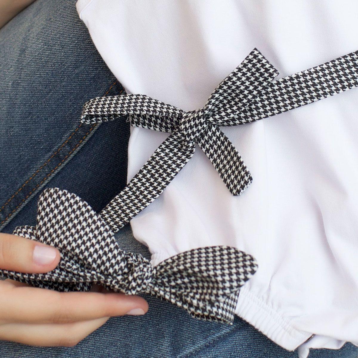 Macacão Alcinha Bebê Banho de Sol Malha Branco com Faixa de Cabelo e Cintura Xadrez Preto e Branco