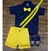 Bermuda Amarela com Suspensório e Camisa com Gravata