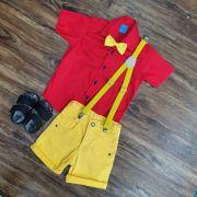 Bermuda Amarela com Suspensório e Camisa Vermelha com Gravata - Look Ursinho Pooh