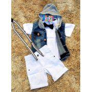 Bermuda Branca com Suspensório Camisa Branca com Gravata e Colete Jeans