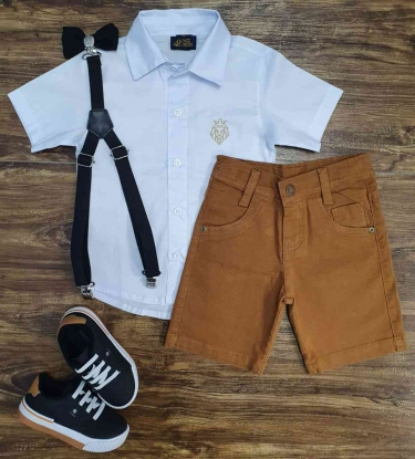 Bermuda Caramelo com Suspensório e Camisa Social Branca com Gravata