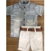 Bermuda Branca com Cinto Couro e Camisa Jeans