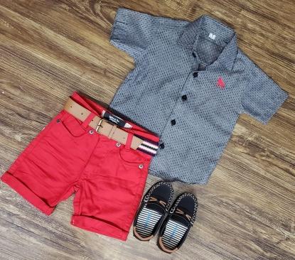 Bermuda Vermelha com Camisa Cinza Manga Curta