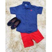 Bermuda Vermelha com Camisa Social Manga Curta Azul