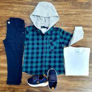 Calça Azul Marinho com Camiseta e Camisa Quadriculada