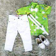 Calça Branca com Suspensório e Camisa Floresta Safari com Gravata