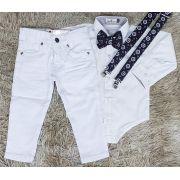 Calça Branca e Body Social com Suspensório e Gravata Marinheiro