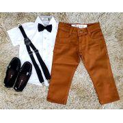 Calça Caramelo com Suspensório e Camisa Social Branca com Gravata