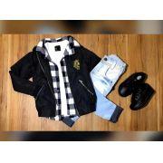 Calça Jeans com Camiseta Branca e Camisa Xadrez com Jaqueta Corta Vento