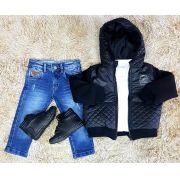 Calça Jeans com Camiseta Branca e Jaqueta com Capuz