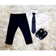 Calça Jeans Preta e Camisa Manga Longa Bege com Gravata