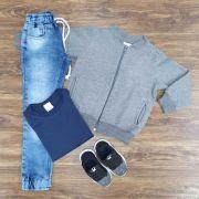 Calça Jogger com Camiseta Azul e Jaqueta Moletom Cinza