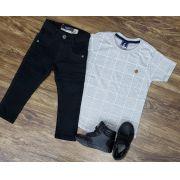 Calça Preta com Camiseta Cinza Quadriculada