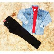 Calça Preta com Polo Vermelha e Camisa Jeans