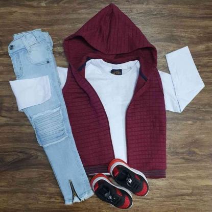 Colete Vinho com Camiseta e Calça Jeans Infantil