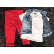 Conjunto Calça Vermelha com Camisa Branca e Colete Jeans